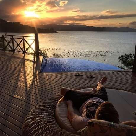 No final de 2014, o descanso merecido para o cantor. O lugar escolhido foi o Resort Ponta dos Ganchos, em Santa Catarina. A foto rendeu muitos elogios ao lugar, que parece ser realmente incrível