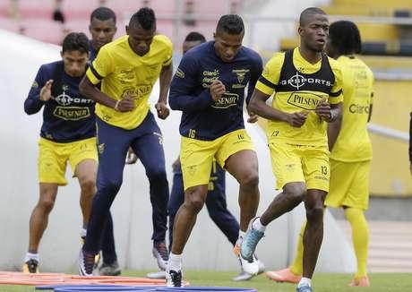 Los jugadores de la selección de Ecuador participan en un entrenamiento el martes, 22 de marzo de 2016, en Quito.