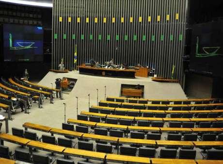 Senadores Aécio Neves (PSDB-MG), Romero Jucá (PMDB-RR) e Humberto Costa (PT-PE) são mencionados