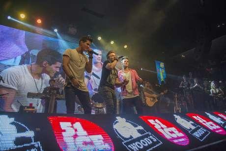 A dupla Breno e Caio César subiu ao palco e, junto com Teló, cantou Não Me Leve a Mal, que também faz parte do repertório do DVD Baile do Teló