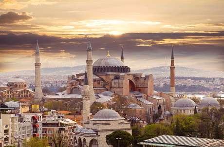 Após partida de Istambul, capitão apresentará aos hóspedes os possíveis portos e itinerários