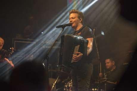 Misturando as músicas que o ajudaram a atingir o sucesso com os novos singles do álbum Baile do Teló, lançado no final do ano passado, Teló tocou, cantou e dançou