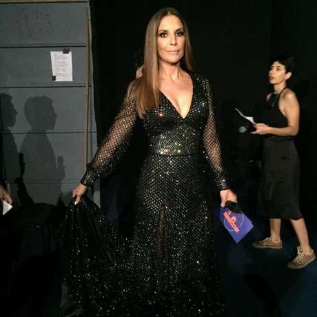 Como apresentadora do Prêmio Multishow 2015, Ivete 'divou' com um longo preto, cravejado de cristais Swarovski