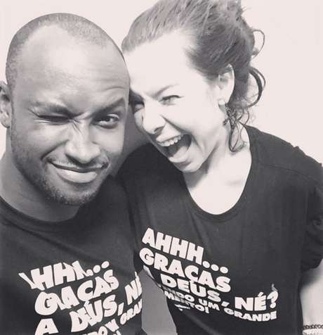 """Essa não poderia faltar, certo? Com a maior parceira e incentivadora, a esposa, atriz global Fernanda Souza. Na camiseta, um agradecimento: """"Graças a Deus, né! Vivendo um grande momento!"""""""