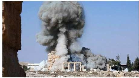 Imagem divulgada pelo Estado Islâmico mostra fumaça saindo do templo de Baal-Shamin, monumento da época romana