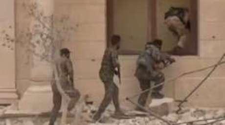 Forças do governo sírio em operação de retomada de Palmira; cidade estava sob controle do Estado Islâmico desde maio de 2015