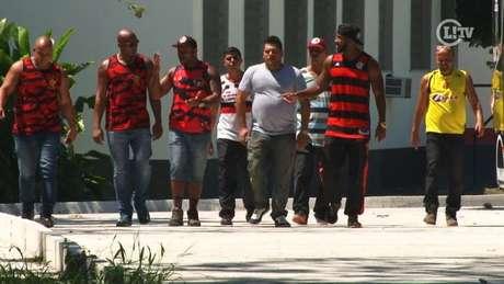 Grupo de oito membros de torcidas organizadas do clube invadiu o Ninho do Urubu na manhã desta segunda-feira e conversou com parte do elenco