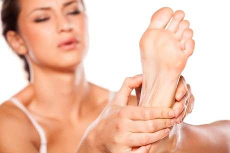 Massagem nos pés pode ajudar a diminuir o inchaço.