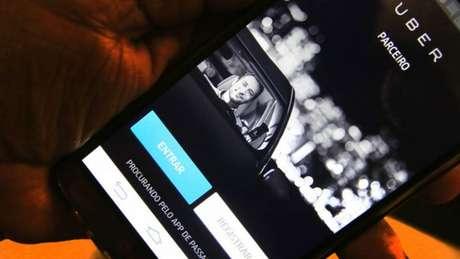 Aplicativo Uber enfrenta protestos de motoristas por aumento de tarifa