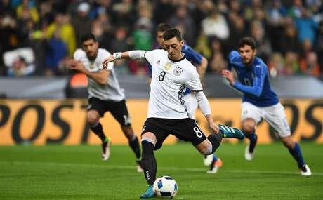 Özil marca de pênalti para a Alemanha na goleada de 4 a 1 sobre a Itália