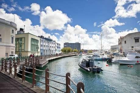 A arquitetura britânica está presente nas ruas e até mesmo na marina de Bridgetown, Barbados, uma das escalas do cruzeiro pelo Caribe Sul