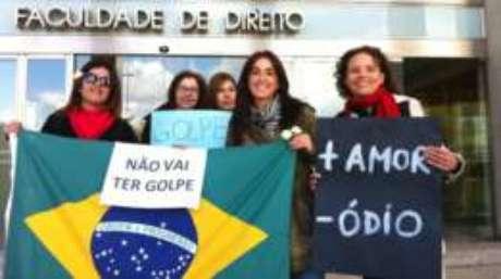 Brasileiros protestam em universidade que sediou encontro sobre a crise brasileira