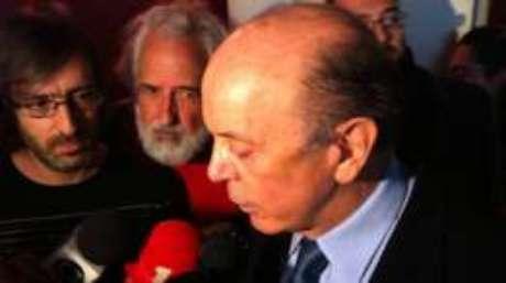 José Serra concede entrevista coletiva a jornalistas após evento em Portugal