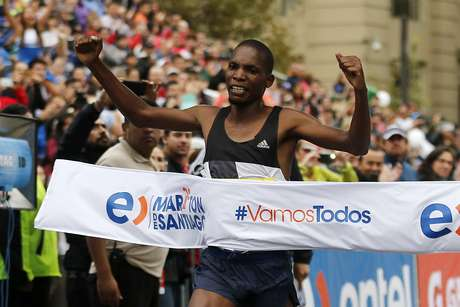El atleta de Kenia, Víctor Kipchirchir se proclamó como el ganador del Maratón de Santiago 2016.