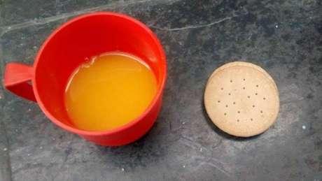 Estudantes publicam foto de bolachas e suco distribuídos em colégio estadual