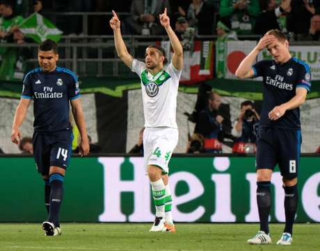 Ricardo Rodríguez comemora o primeiro gol do Wolfsburg