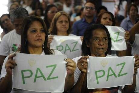 Familiares e amigos das vítimas da tragédia de Realengo prestam homenagem aos jovens que morreram no massacre, há cinco anos, na Escola Tasso da Silveira