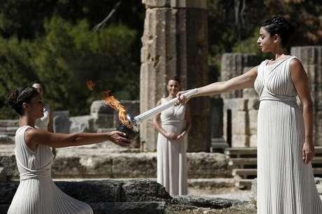 Cerimônia de acendimento da tocha dos Jogos Olímpicos na cidade de Olímpia