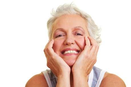 """""""O idoso pode e deve realizar um clareamento dental para ajudar a minimizar os desagradáveis sinais da idade"""", diz a especialista"""