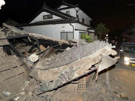 Casa desaba após terremoto em Kumamoto, sul do Japão