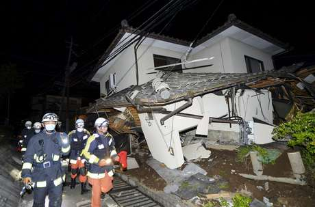 Bombeiros inspecionam casa que desabou após terremoto na cidade Mashiko, Kumamoto, sul do Japão