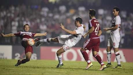 O argentino Calleri no lance de seu gol durante partida contra o River Plate, da Argentina