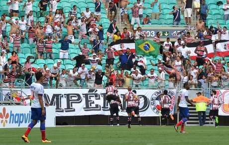 Grafite marcou o único gol da partida disputada na Arena Fonte Nova, que terminou de maneira dramática e com muitas expulsões