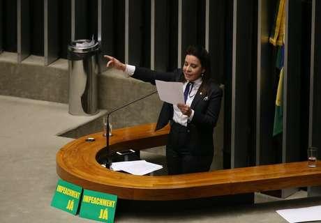 """Deputada Raquel Muniz (PSD-MG), mencionou o marido Ruy Muniz, prefeito de Montes Claros, é exemplo de honestidade e em seguida disse """"sim"""" à aprovação de pedido de impeachment da presidente Dilma"""