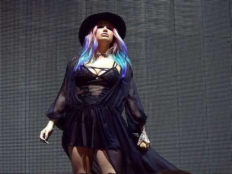 Un sombrero negro, es el accesorio perfecto para realzar los colores del cabello estilo arcoíris.