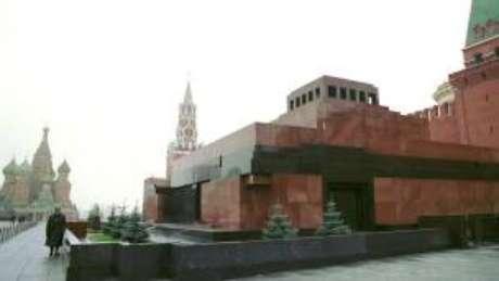 O mausoléu de Lênin na Praça Vermelha é visitado por turistas de todo o mundo