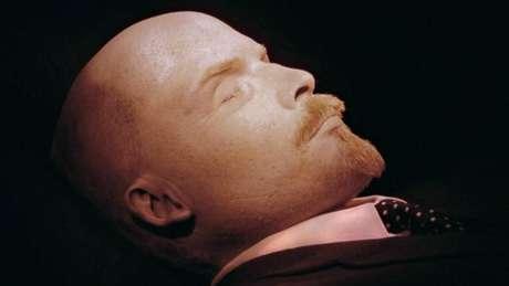 A manutenção da múmia de Lênin, que já chega a quase 100 anos, demanda um cuidadoso tratamento químico