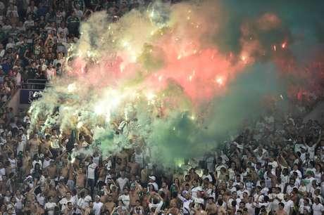 Sinalizador da torcida do Palmeiras causou interrupção da partida no primeiro tempo