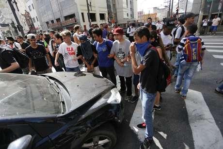 Dezenas de estudantes de escolas técnicas fazem um protesto na manhã desta quarta-feira (20) contra a falta de merenda, bloqueando uma das pistas da Avenida Tiradentes, centro de São Paulo (SP).