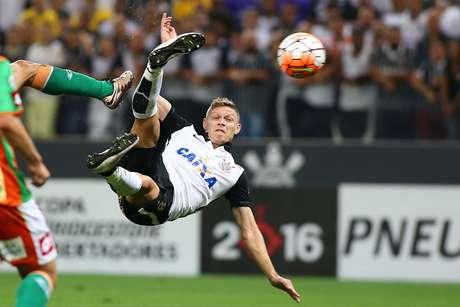 Marlone arrisca voleio e marca golaço na Arena Corinthians