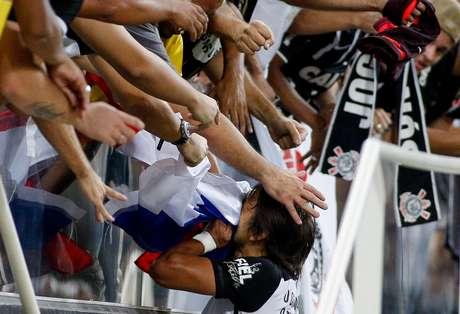 Romero comemora com corintianos após fazer golaço