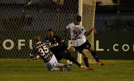Marcos Júnior escapa da marcação, toca entre as pernas do goleiro e garante título do Fluminense