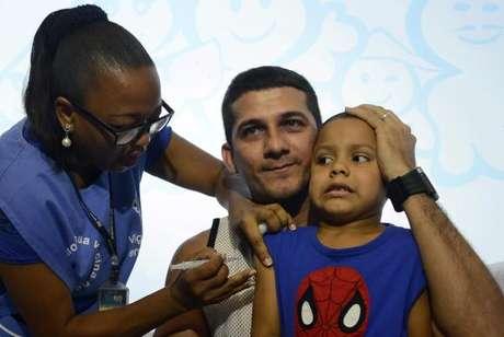 Rio de Janeiro - Roberto Marques levou seu filho Robert Marques, de 4 anos, para receber a imunização contra a gripe na clínica da família Sérgio Vieira de Mello, região central da cidade