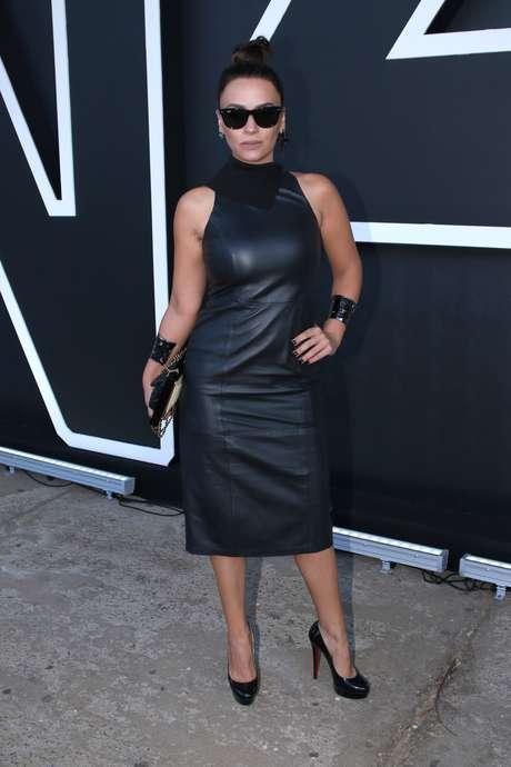 Com um look poderoso, Suzana Pires marcou presença no evento da semana de moda paulistana nesta segunda-feira (25)
