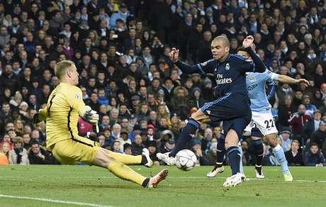 Hart salva o que seria o gol de Pepe para o Real