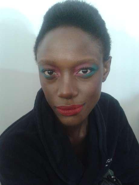 Mariane Calazan já havia descolorido as sobrancelhas para outro trabalho, mas as pintou logo em seguida
