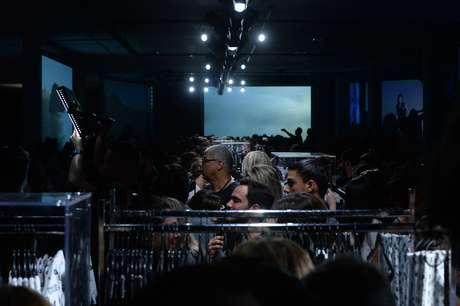O povo fashionista avançou sobre as araras levadas ao meio da passarela após o desfile de lançamento da coleção