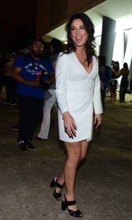 Gisele Etié acompanhou desfiles do 2º dia do São Paulo Fashion Week com um vestido justo