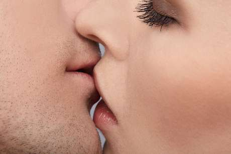 Segundo estudos sobre o tema, é a troca de testosterona presente na saliva dos homens e das mulheres que causa o aumento do desejo sexual