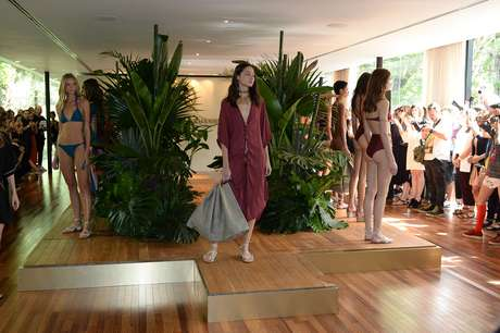 A ViX, de Paula Hermanny, vai além dos maiôs e biquínis e mostra peças da coleção resort, como esse vestido desfilado por Bruna Tenório