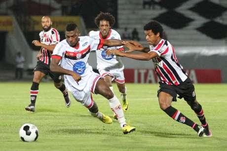 Com a estrela de Grafite e gol de Bruno Morais no último lance, Santinha sai com a vitória por 2 a 1 sobre Campinense na ida da final nordestina. Empate na Paraíba valerá o caneco