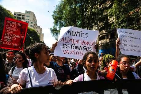 A Polícia Militar não fez contagem de quantas pessoas participaram do protesto, mas os estudantes estimam o número de mil pessoas.