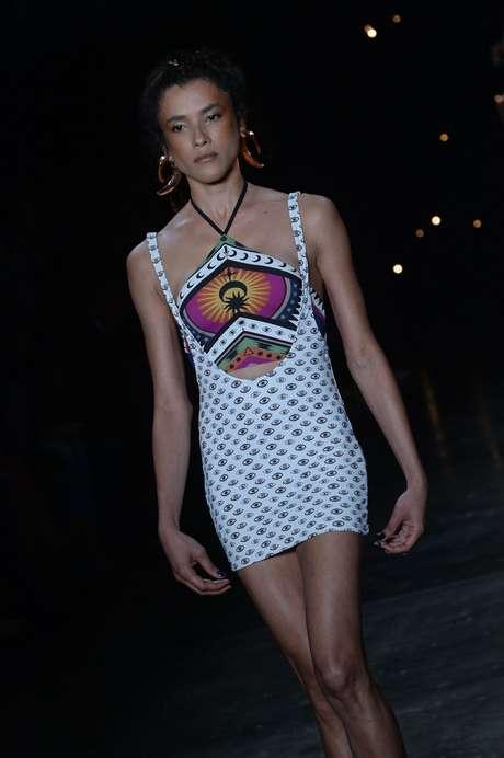 A modelo transexual Camila Ribeiro desfila de vestido curto para a Triya
