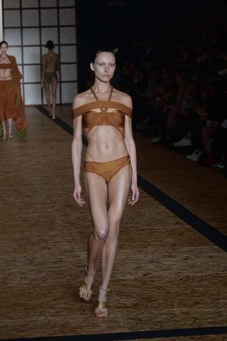 O top com tiras e amarrações com calcinha comportada é uma das propostas de Lenny Niemeyer