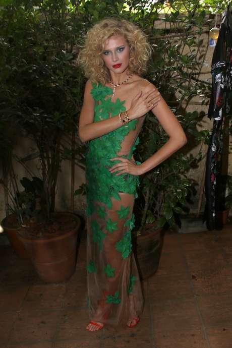Celina Locks com vestido de flores verdes de Patricia Viera, que quis mostrar a sensualidade da mulher cubana