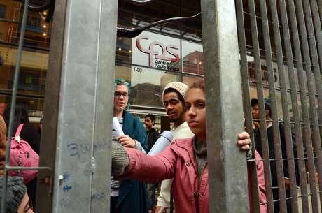 """""""Sofremos repressão da polícia, que usou spray de pimenta, gás lacrimogêneo e agressões físicas durante a ação"""", afirmaram os estudantes."""